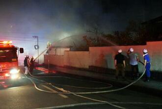 兵庫県丹波篠山市の火災が起きた現場で、消火活動する消防団員ら=24日午後8時21分