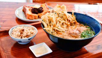 かき揚げうどんセット(手前)とフレンチトーストあんことバター(後方)