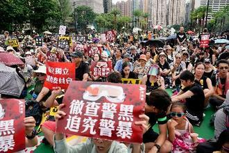 香港中心部で開かれた抗議集会に集まった人たち=18日(共同)