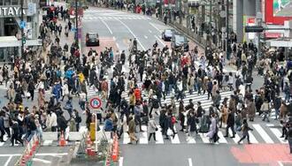 東京・渋谷のスクランブル交差点を行き交う人たち=7日午後