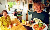 なぜ沖縄の離島でスウェーデン料理店? 片言の日本語と気さくな人柄、久米島で人気