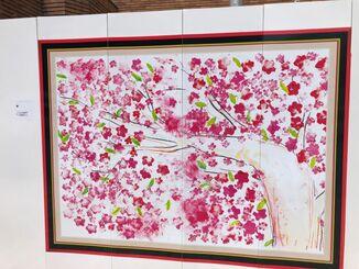 仮囲いを使ったアート展で展示されている作品