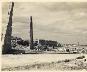 那覇市役所の塔の一部とみられる柱(左)が写る写真