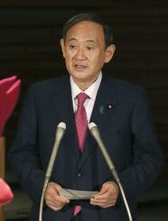 日本学術会議の梶田隆章会長との会談後、記者団の取材に答える菅首相=10月16日