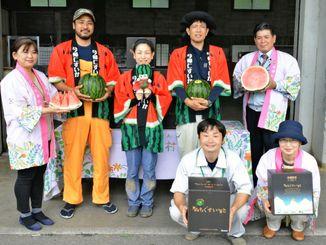 「ぬちぐすいーと」の今季初出荷を喜ぶ生産者ら=3月18日、今帰仁村JAおきなわ野菜出荷場