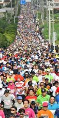 コースを埋め尽くして上り坂を走るジョガー=1日、八重瀬町富盛(田嶋正雄撮影)