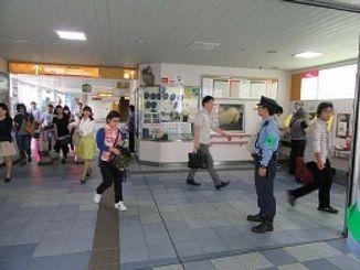 モノレールの駅構内を警戒する警察官(提供)