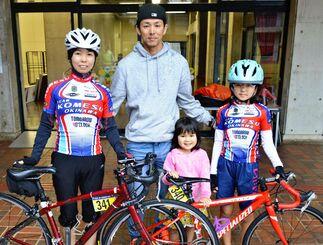ファミリーサイクリングに参加した宮里裕美さん(左端)、明莉さん(右端)と応援に駆けつけた父貴史さん(右から3人目)と璃星さん(同2人目)=7日、名護市