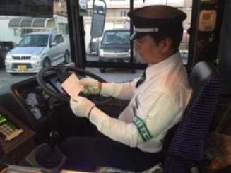 4番線を担当するベテラン運転手の仲松繁さん(同社提供)