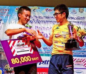 個人総合で準優勝したブリヂストンアンカーの内間康平(左)と優勝した愛三工業レーシングの中島康晴=タイ(提供)