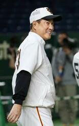 笑顔で練習を見守る巨人・原監督=東京ドーム