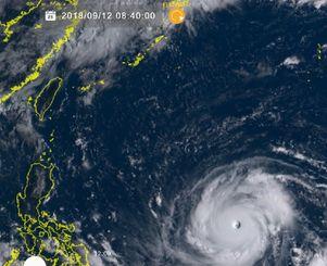 右下が台風22号。左上が沖縄(12日午前8時40分、ひまわり8号リアルタイムwebから)