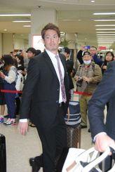 那覇空港に到着した広島の前田健太投手=16日午後8時前、那覇空港