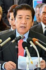 沖縄市長選への出馬を表明する桑江朝千夫氏=11日、沖縄市中央