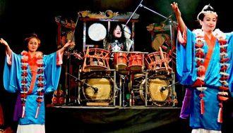 幕開けを飾った県ロック協会の宮永英一会長(中央)と創作舞踊のメンバーたち=沖縄市上地・ミュージックタウン音市場