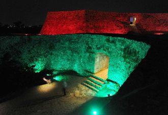 ライトアップされ、闇に浮かび上がる座喜味城の城壁=20日午後6時半、読谷村