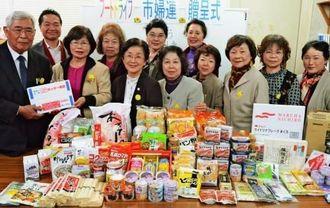 市社協に食料品を寄贈した、市婦人連合会の新城道子会長(前列左から2人目)=宜野湾市赤道、市社協