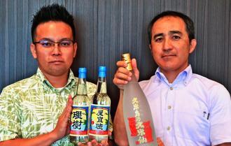 名字ボトルとヴィンテージ2010をPRする島袋専務(右)と金城雅仁係長=18日、沖縄タイムス社