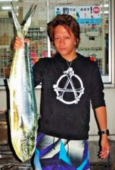 名護沖で100センチ、5.2キロのマンビカーを釣った最上那緒さん=日