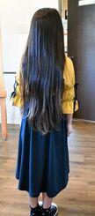 髪を切る前の長さはお尻の辺りに達していた=22日、沖縄市の美容室「髪楽屋ハルー」