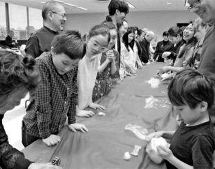 新年会ではラップボールゲームで盛り上がった=トロント日系文化会館