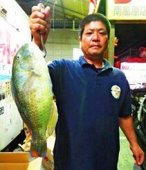 中城海岸で47・5センチ、2・18キロのマクブを釣った下地羽琉さん=15日