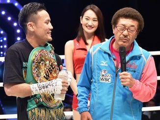 試合後のインタビューで、具志堅用高会長(右)のコメントに笑顔を見せる比嘉大吾=県立武道館