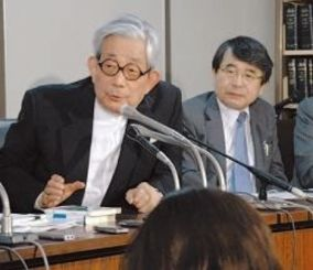 沖縄戦の「集団自決(強制集団死)」をめぐる訴訟の最高裁判断を受けて会見する大江健三郎さんら