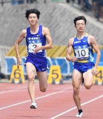 男子100メートル予選に出場した多田修平(左)=島根県立浜山公園陸上競技場