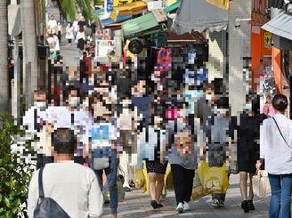 GW中に国際通りを歩くマスク姿の観光客ら=3日午後、那覇市松尾