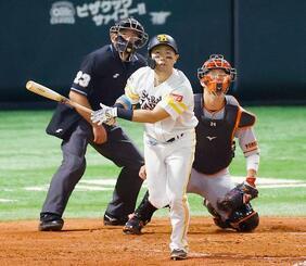 3回ソフトバンク2死二塁、中村晃が右越えに先制2ランを放つ。捕手大城=ペイペイドーム