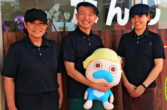 「お客さんを笑顔で迎えたい」と話す(左から)新垣真奈美さん、川崎磨行さん、古堅なぎ子さん=9日、南城市佐敷新里