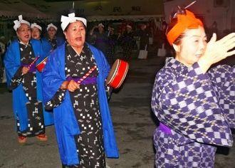 太鼓をたたきながら歌い、踊り、五穀豊穣を願った安和区のウシデーク=10月9日、名護市安和区