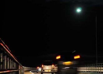 新たに設置された夜間照明=宮古島市・伊良部大橋