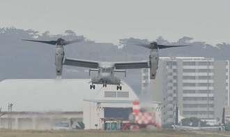 普天間飛行場に着陸するオスプレイ=9日午後3時すぎ、宜野湾市