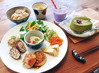 「本日のソイラボランチ」とベリーミックスのソイスムージー、抹茶ソイロール。メニューにはグラタンや豆乳麺のカルボナーラもある。