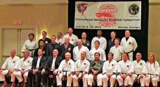 シンポジウムを終了し実行委員が沖縄からの代表者を囲んで記念撮影した=アトランタ市郊外