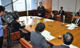 雇用対策の協議会であいさつする翁長雄志知事(中央奥)=25日、県庁