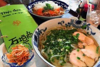 あっさり味の「県産鶏のフォー」(手前)と「県産鶏のベトナムカレー」(奥)