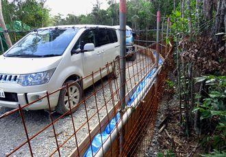 G地区のヘリパッドに続く進入路に設置された赤土流出防止柵=24日(提供)