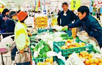 摘み立ての野菜や珍しい特産品を買い求める客でにぎわう名護市物産フェア=那覇市、イオン那覇店