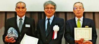 初のプラチナリボン認定者となった金城宜延氏(左)と大山朝弘氏(右)=19日、那覇市内