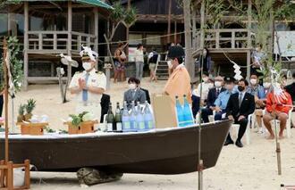 鹿児島県・奄美大島で執り行われた海開きの神事=14日午前