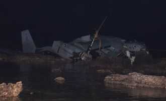 リーフ上にある大破したオスプレイ=14日午前2時10分ごろ、名護市安部の海岸