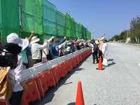 「埋め立て許さない」辺野古のゲート前に100人 前名護市長の姿も