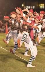 勇壮な演舞を披露する北谷町の謝苅区青年会=27日、北谷公園陸上競技場(渡辺奈々撮影