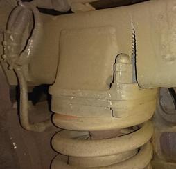 新幹線のぞみの台車に見つかった亀裂(JR西日本提供)