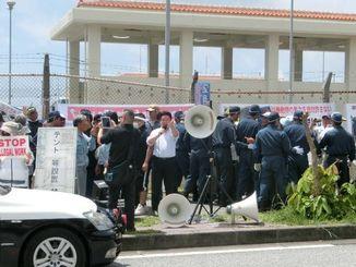 和田政宗参院議員ら(中央)が演説し、一時騒然となった=名護市辺野古の米軍キャンプ・シュワブ前