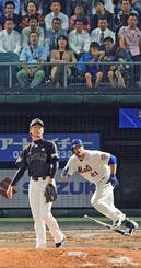 MLB―日本 3回表、デューダ(メッツ)が左中間を破る二塁打を放つ。投手は武田(ソフトバンク)=20日夜、那覇市・沖縄セルラースタジアム那覇(松田興平撮影)