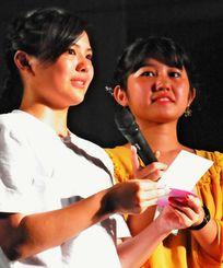 「星空ウエディング」を企画した一人で新婦妃奈子さんの妹、新里穂乃花さん(左)=石垣市中央運動公園屋内練習場